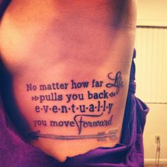 "Pequeño tatuaje que dice ""No matter how far life pulls you back, eventually you move forward"", frase en inglés que significa ""No importa lo lejos que la vida te tira hacia atrás, al final acabas..."