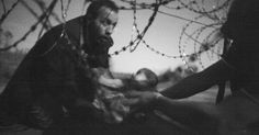 World Press Photo of the Year and Spot News, prize singles, World Press Photo Awards (Warren Richardson - Hope for a New Life)A man passes a baby through the fence at the Serbia/Hungary border in Roszke. World Press Photo, World Photo, Ansel Adams, Story Of The Year, Concours Photo, Haunting Photos, Edward Weston, Ellen Von Unwerth, Refugee Crisis