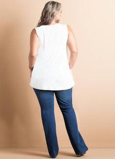 Blusa Off-White Recortes em Courino Plus Size Quintess. Super sofisticada, essa blusa vem com detalhe na parte frontal em tecido courino vazado que deixa a produção moderna e cheia de estilo. Use sua criatividade e bom gosto para fazer combinações bonitas para o dia a dia. Aposte na calça jeans em modelagem skinny ou flare para combinar, fica lindo! Nos pés, sandália alta ou scarpin meia pata. Material: 96% Viscose, 4% Elastano. Recorte courino 50% poliéster, 50% poliuretano. Cor: Off-white.