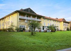 Steigenberger Hotel Deidesheim is een goed hotel van de vermaarde hotelketen Steigenberger. Het is gelegen in het mooie wijngebied van Rheinland-Pfalz. Het geheel is gebouwd in Anglo-Amerikaanse jaren 30/40-stijl. Het gebouw wordt omringd door druivenranken en ligt direct aan het stadspark van het bijna Mediterraans aandoende dorpje Deidesheim. In de weide omgeving zijn veel wijnboerderijen waar overal naar hartelust geproefd en gekeurd kan worden. Officiële categorie ****