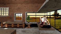 Galpão de Lazer - Na versão em tijolos maciços, usaríamos o material tanto nas paredes como no teto. Para o mobiliário usariamos pallets. Os colchões servem como sofás ou camas, e o restante das camas ficaria embutida em uma grande janela, em duas alturas, como um longo beliche / banco. #ecoconstruction #architecture #arquitetura #brick #sustentavel #greenconstruction #galpao #lazer #recreation #exterior #yard #wood #concrete #pallets