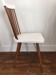 Chaise à barreaux relookée couleur blanc et teck