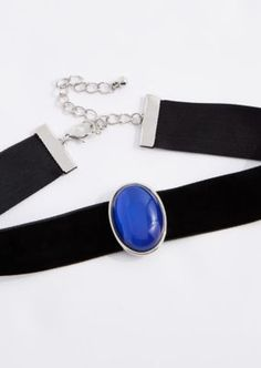 Make a trendy '90s statement in this on-point choker! Made of a wide band of velvet, it features an oval mood stone set in a silver tone border.