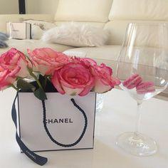 Happy Sunday! 🌹💕💋🍾 #imsohappy 💓  #chanel #chanelparis #chanelclassic #macarons #paris #luxury #myparisstyle #fashion #fashionblogger #fashionblogger_de #beauty #beautyblogger #beautyaddict #roses #rosestagram #pink #flowers #flowergram #flowerstalking #couture #oohcharlottecouture #happy #sunday #happyweekend #goodmorning