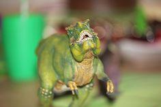 In der letzten Woche drehte sich bei uns alles um das Thema Dinosaurier. Das Geburtstagskind ist ein riesiger Dinofan und hatte deshalb seine besten Freunde eingeladen, um mit ihm auf große Dinosaurierexpedition zu gehen. Wie vor jedem großen Abenteuer, mussten sich die kleinen Forscher aber erst einmal kräftig stärken: Es gab Schokokuchen,