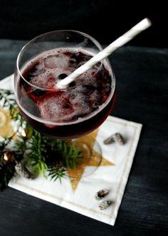 Rezept für einen leckeren Berry X-Mas Fizz. Dieser Drink ist fein herb und eignet sich prima für die Weihnachtstage! Dieser Berry X-Mas Fizz ist einfach zubereitet. |goodiys.com