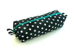 elisanna: De Oon-pennenzak blijft een topper. Sewing Hacks, Sewing Projects, Sewing Tips, Diy Bags Purses, Sew Bags, Zipper Bags, How To Feel Beautiful, Zip Around Wallet, Coin Purse