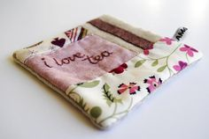 i'm going to make my own coasters Diy And Crafts, Arts And Crafts, Fabric Coasters, Hobby Ideas, Fall Projects, Cheap Gifts, Green Gables, Mug Rugs, Quilting Patterns