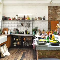 Browse photos of Jamie Oliver Kitchen Design. Find ideas and inspiration for Jamie Oliver Kitchen Design to add to your own home Modern Farmhouse Kitchens, Farmhouse Kitchen Decor, Kitchen Interior, Home Kitchens, Interior Modern, Country Kitchen, Layout Design, Küchen Design, Design Ideas