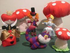 Kit composto de 3 cogumelos(30cm,14cm,20cm), uma Alice, um Chapeleiro, ma rainha e um gato R$ 245,00