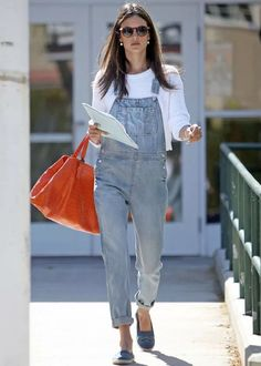 alessandra-ambrosio-jardineira-jeans