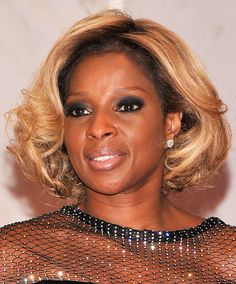 MJB styled her signature blonde mane in a fluffed, elegantly styled bob at the White House Correspondents' Association Dinner. Black African American, American Women, New Jack Swing, Small Curls, Straight Black Hair, Short Bob Wigs, Mary J, African American Hairstyles, Relaxed Hair