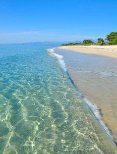 La Corse. La plage de Pinia (Ghisonaccia). L'eau transparente et le calme de la mer en font une destination privilégiée pour les familles.