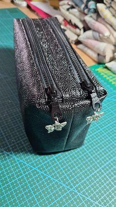 Trousse Zip-Zip en simili noir cousue par Corinne - Patron Sacôtin