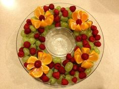 THIS with tangerines instead - Christmas fruit platter - love the fresh fruit idea - making this for Christmas for sure! Christmas Veggie Tray, Christmas Party Food, Christmas Brunch, Christmas Appetizers, Christmas Holidays, Christmas Fruit Ideas, Christmas Foods, Winter Christmas, Holiday Parties