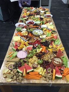 platter plate # fruit and chees Appetizers Table, Appetizers For Party, Appetizer Recipes, Party Food Platters, Cheese Platters, Tapas, Brunch, Reception Food, Grazing Tables