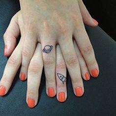 bild på två små tatueringar