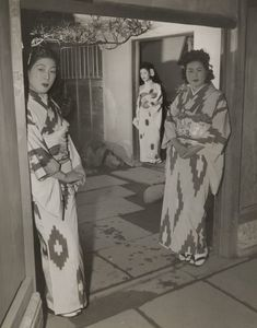 Professional prostitutes in the areaway of one of the big professional houses. Note the uniform kimonos. The women are made up to somewhat resemble geisha. Geisha were and are not prostitutes, but more like what Europeans used to call courtesans. Old Pictures, Girl Pictures, Old Photos, Ghost In The Machine, Geisha Art, Kabuki Costume, American Soldiers, Women In History, Japanese Culture