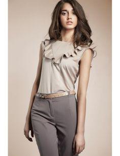Bluza eleganta cu jabou are o tesatura moale, eleganta, care confera o stare de bine si o face ideala pentru evenimente mici sau mari