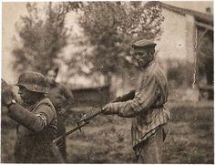Un judio liberado conteniendo a un nazi
