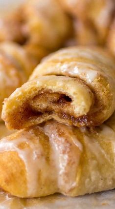 Cinnamon Roll Crescents - Sprinkle Some Sugar - Cinnamon Roll Crescents The . - Cinnamon Roll Crescents – Sprinkle Some Sugar – Cinnamon Roll Crescents The most beautiful pict - Brownie Desserts, Easy Desserts, Delicious Desserts, Yummy Food, Tasty, Amazing Food Recipes, Baking Brownies, Sweet Desserts, Breakfast Desayunos