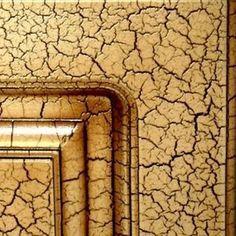 """""""craquelado o Cuarteado"""" El craquelado es una técnica utilizada generalmente para pintar maderas, dándole un efecto avejentado, aunque esto no significa que no la podemos usar en muros.  Esta técnica se logra porque al secarse la pintura se cuartea formando grietas que simulan las naturales producidas en la pintura por el paso del tiempo. Se obtiene este acabado mediante la mezcla de polvo de tiza y pintura acrílica."""