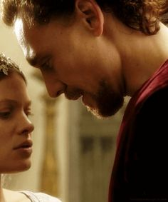 Photos of Hollow Crown King Henry V and Kate Tom Hiddleston Gentleman, Tom Hiddleston Quotes, Tom Hiddleston Funny, Catherine Of Valois, Kiss Tumblr, King Henry V, Loki Funny, Avengers Actors, Books