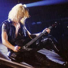 Mckagan from the story Típico: Guns n' Roses by -Absurdah- (ChimChim) with 466 reads. Justin Bieber es un rockero. Guns N Roses, Duff Mckagan, Axl Rose, 80s Music, Good Music, Velvet Revolver, Sweet Child O' Mine, Slash, 80s Rock