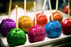 Maçãs do amor coloridas.