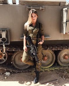 The World's Most Firearms: Israeli Female Soldiers Related posts:DIY Autumn: Make cute hairstyles out of leaves. Idf Women, Military Women, Military Female, Female Army Soldier, Mädchen In Uniform, Israeli Female Soldiers, Mode Kpop, Military Girl, Warrior Girl