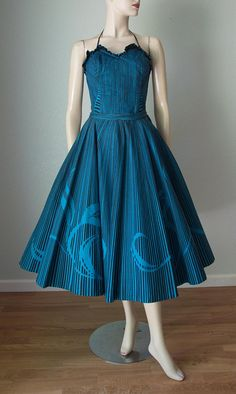 Mexican Cotton Skirt and Top Set / Party Dress Set / Dress / Halter Top and Circle Skirt / Like New and Small 1950s Outfits, Vintage Style Outfits, Vintage Fashion, 1950s Fashion, Skirt And Top Set, Skirt Set, Mexican Skirts, Vintage Party Dresses, Vintage Tops