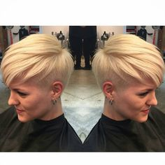 Blonde hair has always been the most appealing and sexy hair color for women whether it is a long or short haircut. Blond Hairstyles, Blonde Pixie Haircut, Short Blonde Pixie, Short Wavy Hair, Hairstyles For Round Faces, Short Hair Styles, Pixie Haircuts, Caramel Blonde Hair, Short Hair