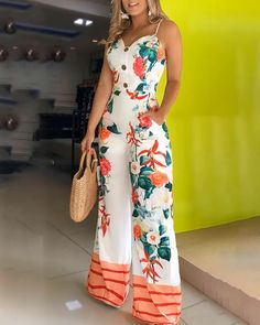 The perfect floral print jumpsuit for a outfit with a Spaghetti Strap. I love the sweat-heart shape neckline. Trend Fashion, Fashion Outfits, Casual Outfits, Cute Outfits, Leder Outfits, Joko, Printed Jumpsuit, African Fashion Dresses, Ideias Fashion