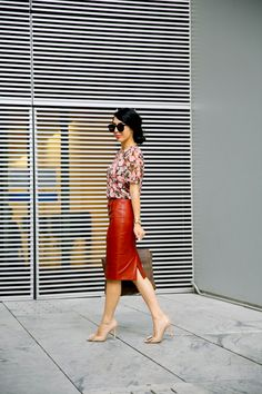 Wear a red pencil skirt with a loose pink floral blouse, large brown leather bag, and nude buckle pumps. Modest Outfits, Skirt Outfits, Modest Fashion, Fall Outfits, Cute Outfits, Pencil Skirt Black, Red Pencil, Elegant Outfit, Dress To Impress