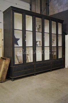 Vitrinekast 10068 - Schitterende origineel oude houten vitrinekast met een zwart grijze kleur. Deze kast met een uitzonderlijk grote maat heeft grotendeels oud glas. Achter de deuren zitten twee vaste legplanken, de kast is demontabel. GERESERVEERD t/m 21-1