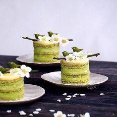Delicious mini Matcha buttercream cakes!! #cheatmeal Photo:  @creative_life_by_pupuce_bebe | Instagram #snacks #vegan #amazing #yummy #food #foodporn #recipes #love #cake #healthyfood #organic #antioxidants #wellbeing #matcha