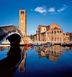 Murano La basílica de Santa Maria y San Donato es la principal obra arquitectónica de la isla. Conserva el pavimento de mosaicos y la fachada del siglo XII.