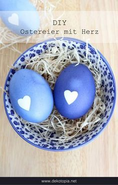 Eggs with heart - Gabriele Fisseler Eier mit Herz DIY Instructions: Easter eggs with heart motif Easter Tree Decorations, Easter Centerpiece, Easter Wreaths, Easter Decor, Easter Ideas, Easter Egg Designs, Diy Ostern, Easter Traditions, Heart Crafts