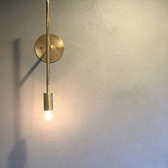 千senのブラケット。トイレに取り付けました。壁はポーターズペイントです。(完全にお施主様のセンスです。) とてもとても綺麗だったので、この組み合わせはオススメです!! #グランハウス#一級建築士事務所#岐阜 #照明#壁付け照明#ブラケット#ランプ #ブラケットライト#はだか電球#電球#階段照明 #おしゃれな照明#間接照明#真鍮#真鍮照明 #真鍮アクセサリー #千sen#千#インテリア #インテリア照明#インテリア小物#あかり #アンティーク家具#トイレ照明#おしゃれハウス #デザイン住宅#デザイナーズハウス#玄関照明