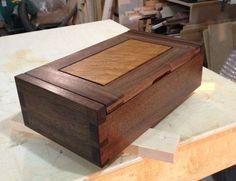 Walnut Keepsake Box Jewellery Boxes, Wooden Jewelry Boxes, Wood Projects, Woodworking Projects, Woodworking Inspiration, Cutting Boards, Wood Boxes, Keepsake Boxes, Hope Chest