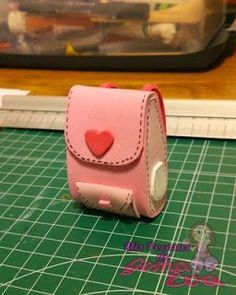 Aprende cómo hacer mochilas en foami con moldes gratis ~ Belleza y Peinados Mochila Dora, Mini Mochila, Barbie Shoes, Pasta Flexible, Foam Crafts, Card Case, Mini Bag, Ideas Para, Art Dolls