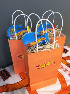 Thank your kids& guests with them something they& keep for years with these Hot Wheels party favors. Hot Wheels Party, Bolo Hot Wheels, Hot Wheels Cake, Hot Wheels Birthday, Race Car Birthday, Race Car Party, Cars Birthday Parties, Birthday Fun, Birthday Ideas