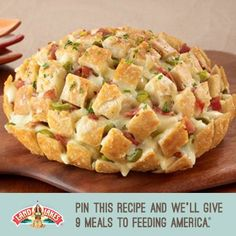 Your friends will love this delicious Pull-Apart Party Loaf filled with thick cut bacon, American Cheese, and jalapeño peppers! Great Appetizers, Appetizer Recipes, Tapas, Great Recipes, Favorite Recipes, Yummy Recipes, Recipies, Snacks Für Party, Football Food