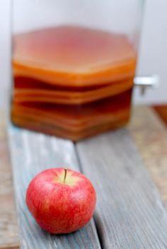 Make It Yourself: Homemade Vinegar - Apple Cider and Red + White Wine -- with starter + links to purchase How To Make Vinegar, Apple Cider Vinegar Remedies, Homemade Apple Cider, Apple Cider Benefits, Fermented Foods, Natural Home Remedies, Diy Food, Food Hacks, Herbalism