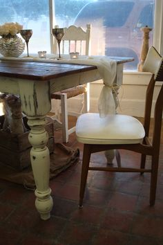 I would love a table like this...maybe I could make it?