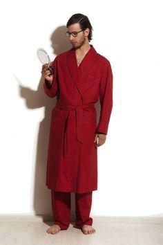 Vestaglia Percalle, 100% cotone. La morbidezza del tessuto placa l'ardore rosso del colore; il volume ricco di comodità contrasta il minimalismo dei dettagli.