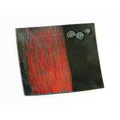 Piatto in ceramica raku colore rosso e nero con sfumature blu e oro
