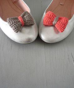 Crochet bow shoe clips.Coral and sand. Inspiracion ✿Teresa Restegui http://www.pinterest.com/teretegui/✿