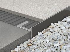 Proside Walk este un profil de capat realizat din aluminiu vopsit. Rolul sau este acela de a face o trecere sau o inchidere eleganta intre aleile placate cu ceramica sau piatra naturala si zonele cu pietris decorativ sau pamant
