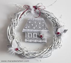 """Christmas Idea   White wreath decorated with a little house and birds made of felt - from the book """"Aspettando Natale - doni, dolci, decorazioni""""  http://www.terra-ferma.it/Products/383/43/Aspettando-Natale.html"""